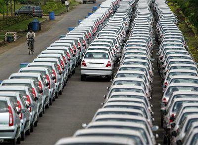 Miles de coches listos para su venta en la planta de Pune, al sur de Bombay. Fuente: Reuters