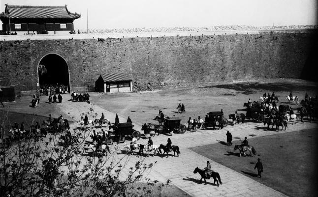 Otra perspectiva del regreso de la Corte Imperial en 1901. Foto de Von Rosthorn.