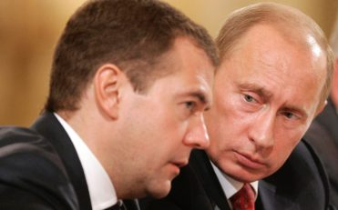 Fotografía 2 (izquierda): El presidente Vladimir Putin y el primer ministro Dmitri Medvédev [Foto: Russavia vía WikimediaCommons].