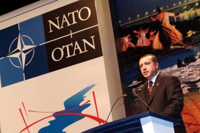 Erdogan dando un discurso en la OTAN.