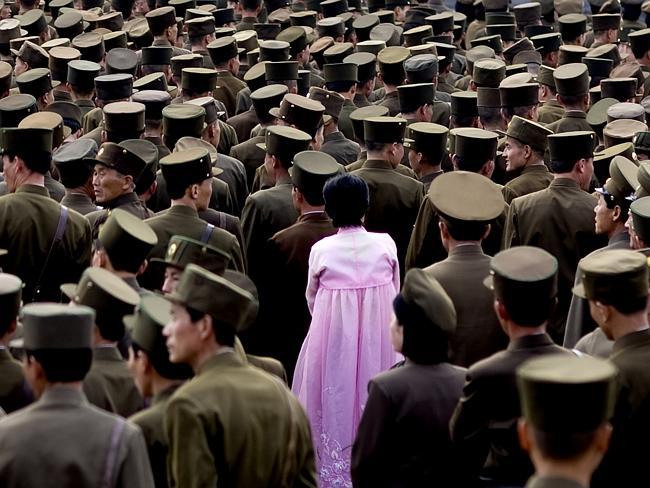"""""""Una mujer en medio de un grupo de soldados norcoreanos. Se supone que no podría haber hecho esta foto ya que los oficiales han prohibido fotografiar al ejército"""". Eric Lafforgue."""