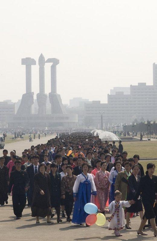 """""""El día del festival Kimjongilia, miles de norcoreanos han de hacer cola para visitar una serie de monumentos"""" Eric Lafforgue."""