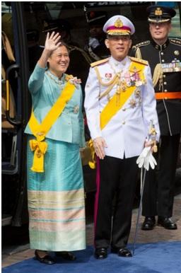 La princesa Maha Chakri Sirindhorn y el príncipe Maha Vajiralonkgkorn en la ceremonia de inauguración celebrada tras la abdicación de la reina de Holanda, en 2013 [Foto vía ABC News].