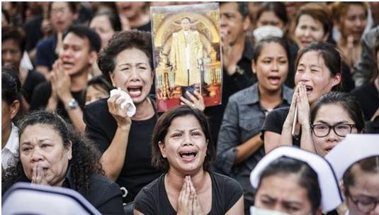 Millones de personas vestidas de negro acompañan el féretro del rey Bhumibol en Bangkok [Foto vía El País Internacional].