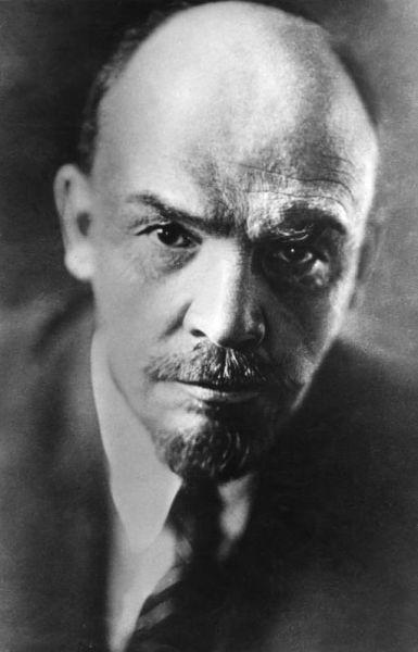 Vladimir Ilici Lenin, numele de familie originar: Ulianov, (n. 10 aprilie 1870 (S.N. 22 aprilie) – d. 21 ianuarie 1924) a fost un revoluționar rus care a condus partidul bolșevic, primul premier al Uniunii Sovietice și fondatorul ideologiei cunoscute sub numele de leninism (Lenin in July 1920. Photo by Pavel Zhukov) - foto preluat de pe ro.wikipedia.org