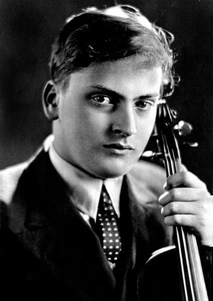Sir Yehudi Menuhin (n. 22 aprilie 1916, New York - d. 12 martie 1999, Berlin) a fost un celebru violonist și dirijor american, descendent al unei familii de evrei emigrați din Rusia - (Menuhin in 1937) - foto preluat de pe en.wikipedia.org