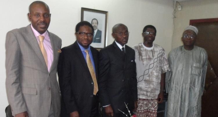 Le Dr. DJIKENG (2e à partir de la gauche) pause avec le Recteur et ses collaborateurs