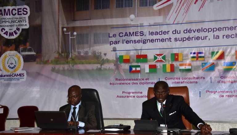 Le Recteur de l'UDS aux commandes du panel 4 du colloque organisé à l'occasion du cinquantenaire du CAMES.