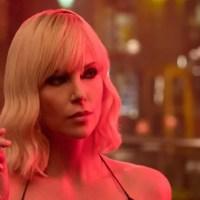 Un bacio lesbo nella nuova sensuale clip di Atomica Bionda