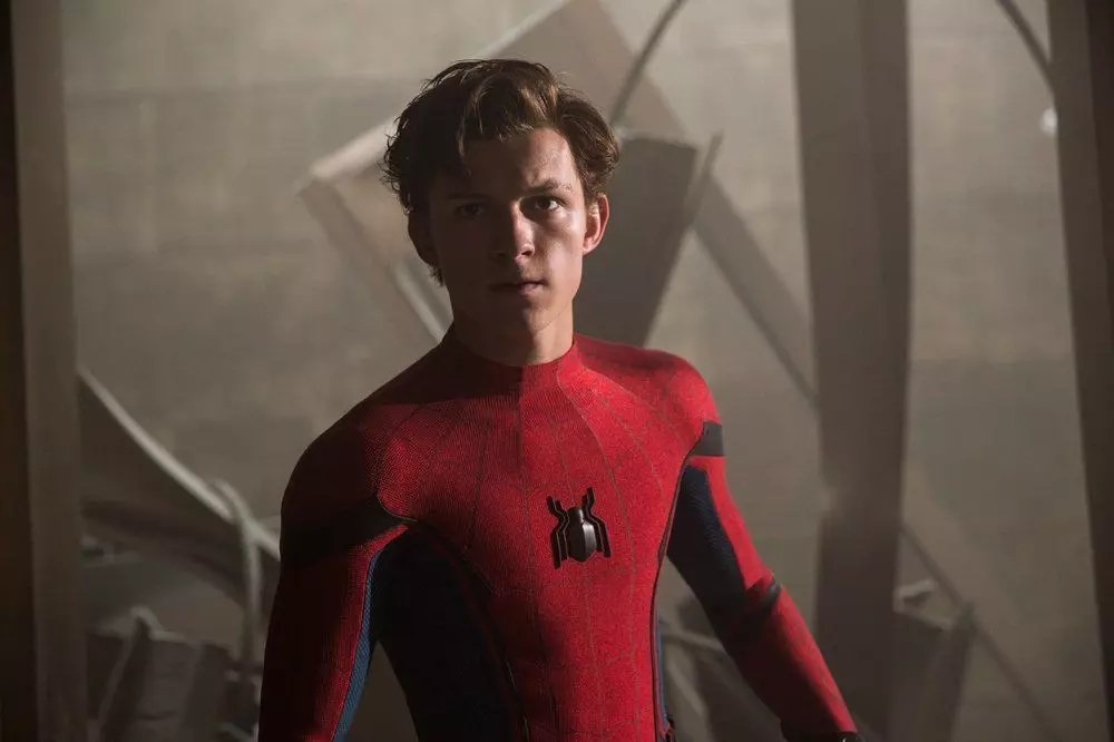 Tom Holland sfoggia il nuovo costume di Spider-Man al Jimmy Kimmel Live