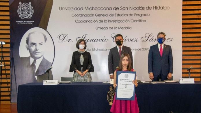 Uno a uno, los 22 estudiantes fueron reconocidos como el núcleo académico de excelencia en el posgrado de la UMSNH.