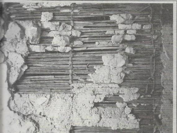 Particolare Particolare di tramezzo verticale con parete in stuoie di arelle: dettaglio delle legature e gli strati di gesso con soprastante intonaco più fine a calce