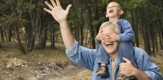 nonno e nipote ridono insieme