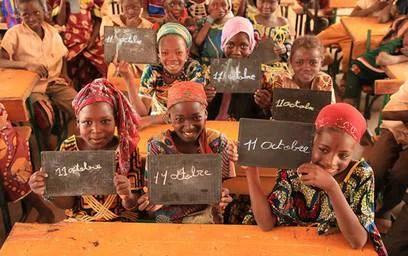 bambine con scritta 11 ottobre, giornata internazionaledelle bambine