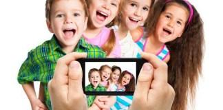 foto dei bambini con smartphone