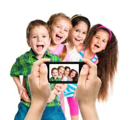 foto a bambini con smartphone