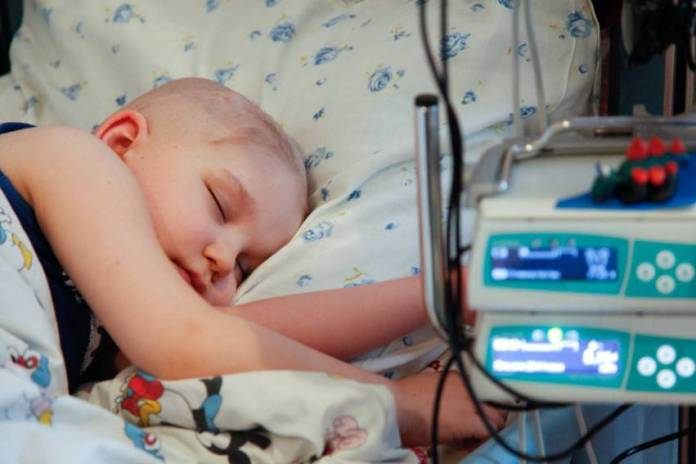 bambino mentre dorme in letto di ospedale