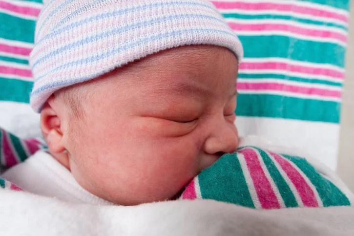Bambino neonato dorme