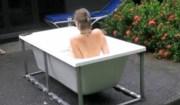 mamma dentro vasca per partorire