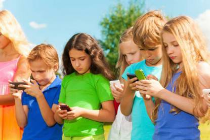 bambini col cellulare