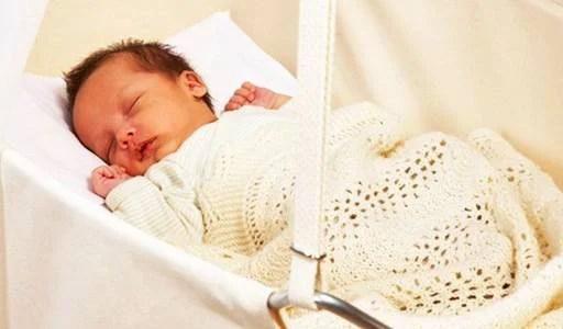 neonato dorme in culla