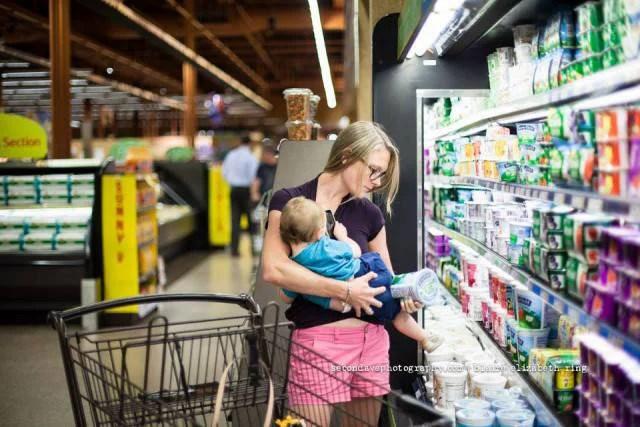 donna allatta mentre fa spesa