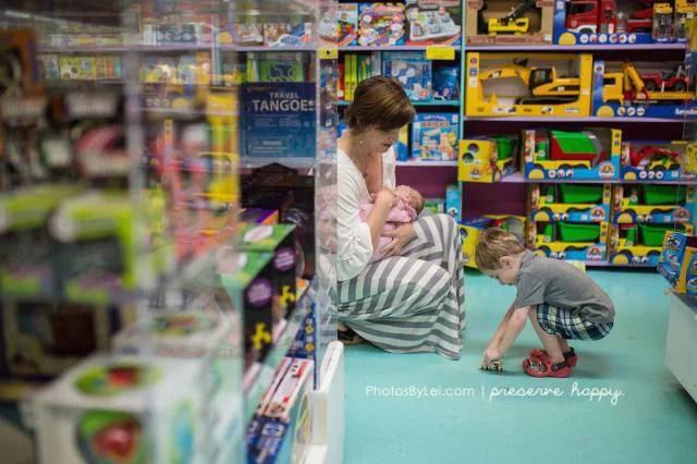 mamma allatta in un negozio