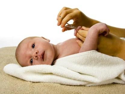Tagliare-unghie-al-neonato