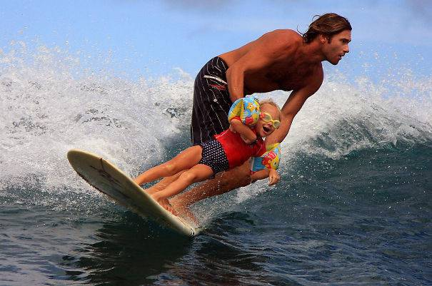 padre fa surf con figlia