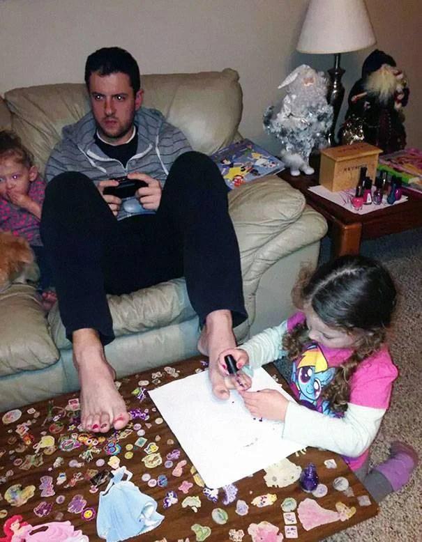 padre gioca con figlia