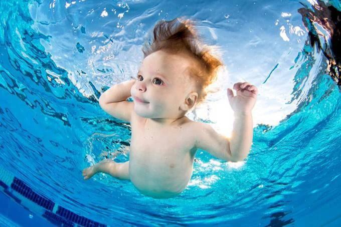 bimbo capriole in acqua