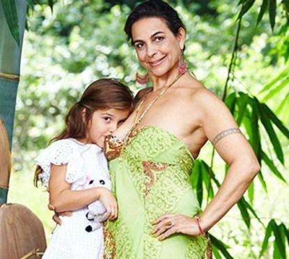 Una mamma ha deciso di allattare al seno la figlia