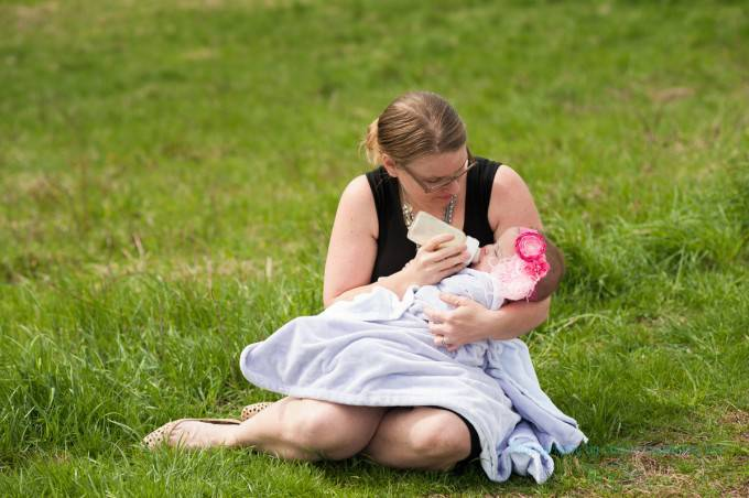 donna allatta figlia