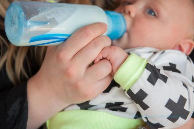 bebè col biberon