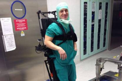chirurgo in sedia a rotelle