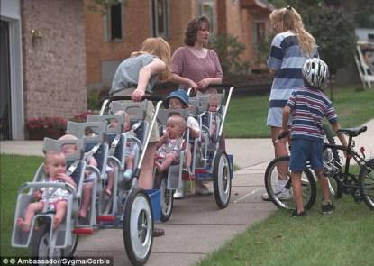 bambini con passeggino