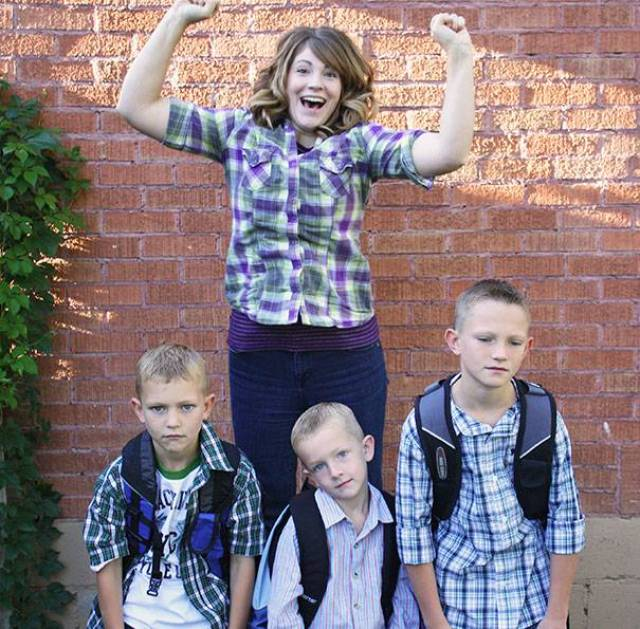 genitori felici per il primo giorno di scuola