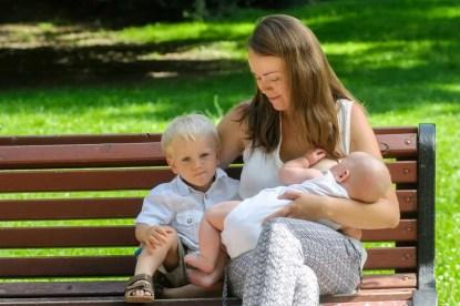 allattare in pubblico