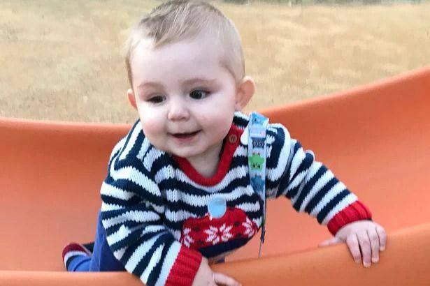 Bambino salvato da un tumore non diagnosticato grazie al massaggio infantile