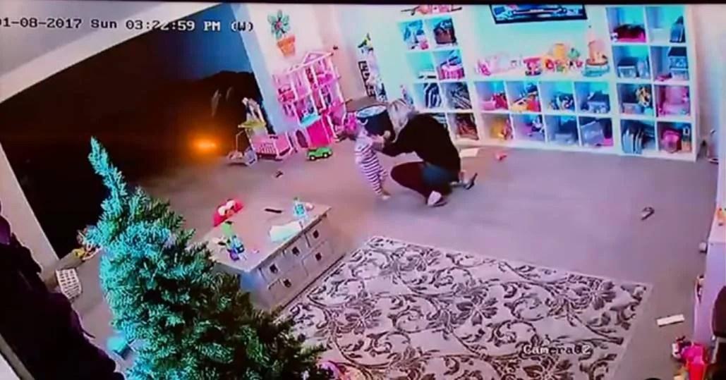 Bimba di 1 anno soffoca e corre dalla mamma che reagisce prontamente (VIDEO)