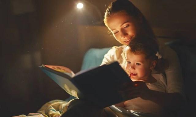 genitori che leggono libri ai figli