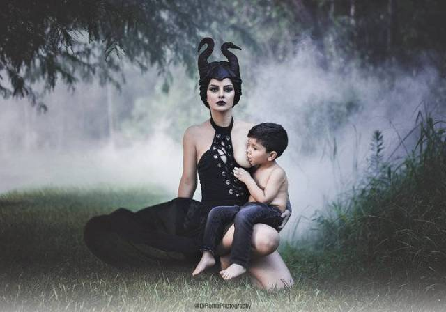 mamma allatta in cosplay