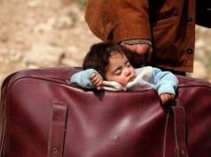 un bambino in una valigia
