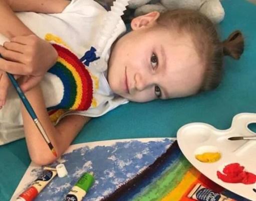 bambina con la distrofia muscolare