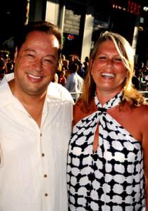 Nanci Dakesian, ¡todo un carácter! En la foto aparece acompañada de su marido, Joe Quesada.