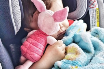 bebé en asiento con juguete unkato.com