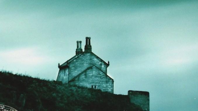 Il corpo massiccio, strangolato, spogliato e violato di Angus Macritchie, detto Angel, viene ritrovato in una lercia rimessa di barche, a Lewis, l'isola più a nord dell'Arcipelago delle Ebridi Esterne, in Scozia. Recensioni Libri e News