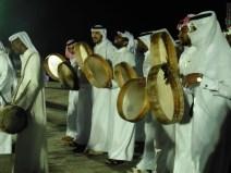 Hombres qatarís cantando canciones tradicionales en el Festival de Invierno de Katara