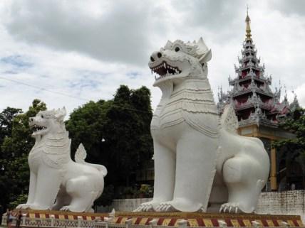 Leones guardianes de la colina de Mandalay