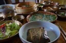 """Arroz glutinoso envuelto en flor de loto, pajeon o """"tortilla coreana"""" y otros platos típicos"""